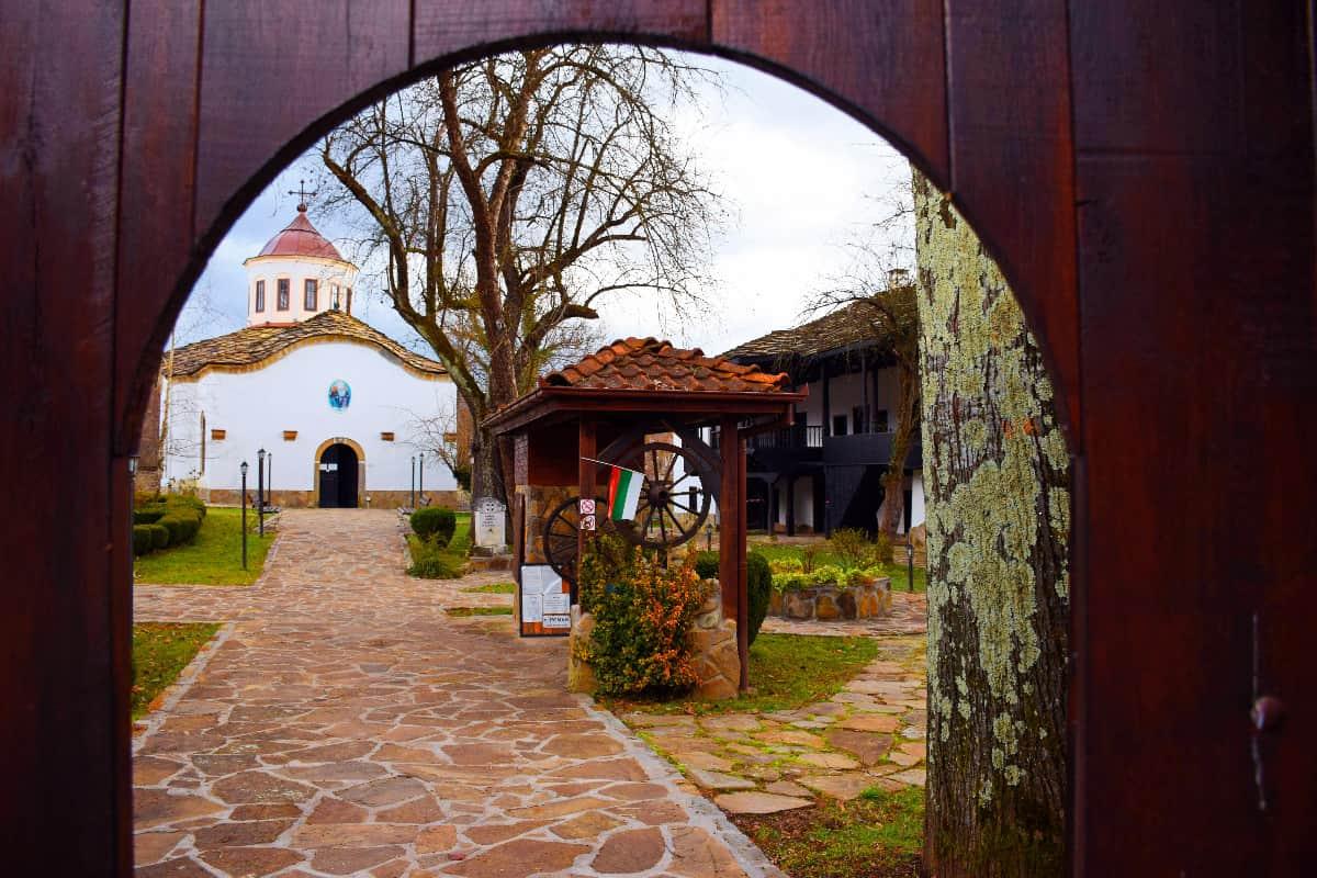 zabelezhitelnosti-v-apriltsi-novoselski-manastir